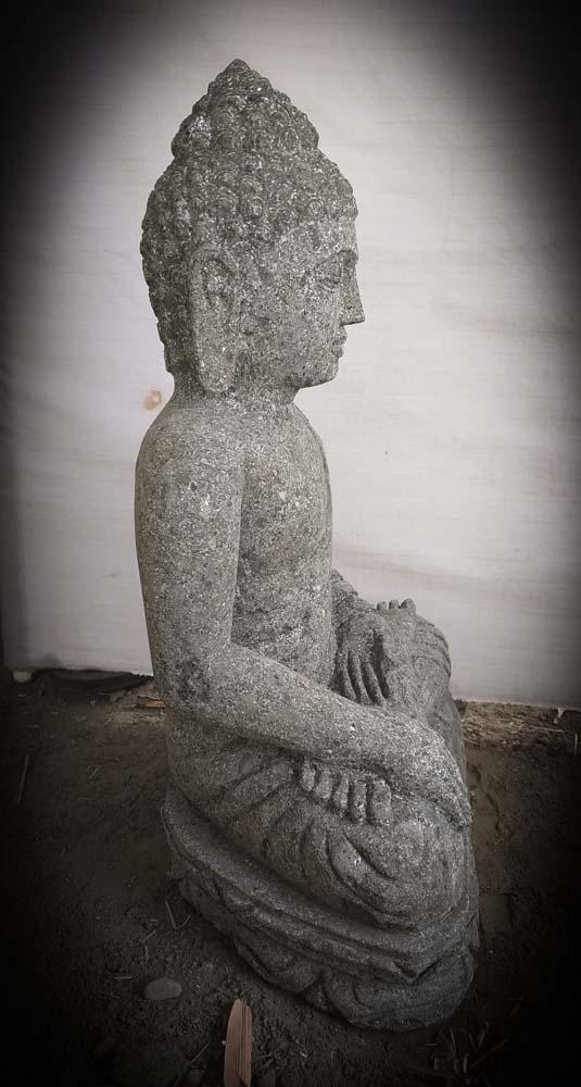 Buda de piedra volc nica en posici n de ofrenda para for Piedra volcanica para jardin